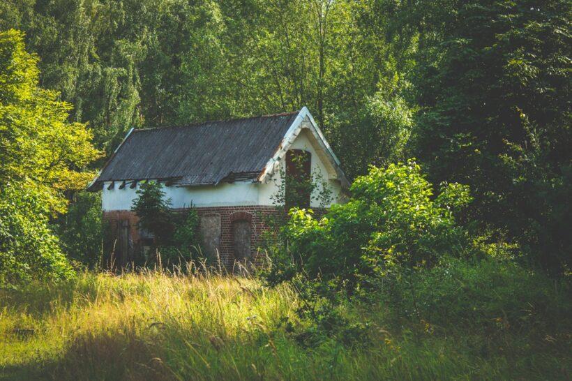 gammelt faldefærdigt hus